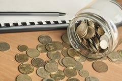 Finansowy i budżet pojęcie Księgowość książki, pióro i szklany słój z monetami na biuro stole, Obraz Royalty Free