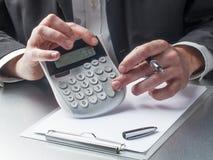 Finansowy kierownika liczenie z ostrością na kalkulatorze Zdjęcia Royalty Free