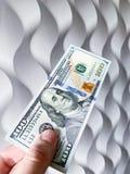 Finansowy pieni?dze M??czyzna trzyma sto dolarowych rachunk?w zdjęcia stock