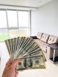 Finansowy pieni?dze Obs?uguje trzyma? sto dolar?w banknoty dla wynajem lub nabywa mieszkanie obraz royalty free