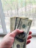Finansowy pieni?dze Obs?uguje trzyma? sto dolar?w banknoty dla wynajem lub nabywa mieszkanie zdjęcie stock