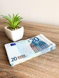 Finansowy pieni?dze Zbli?enie r?ki mienia euro waluta zdjęcia royalty free