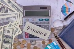 Finansowy pojęcie, kalkulator, dolary i monety, obrazy royalty free