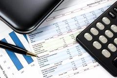 Finansowy pojęcie z mapą, wykresami, piórem, kalkulatorem i notatnikiem, Obrazy Stock