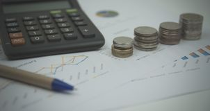 Finansowy tło z targowymi dane i tajlandzkim skąpaniem obraz stock