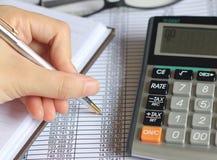 Finansräkenskap, skatträknemaskin Arkivbild