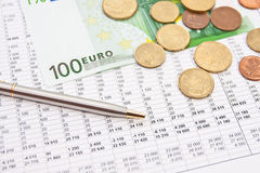 Finansrapport med Euro Arkivfoton