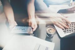 Finanz-Investitionsarbeitsprozess Stellen Sie moderne Tablette des Frauenvertretungs-Geschäftsberichtes, Diagrammschirm dar Banke Lizenzfreie Stockfotos