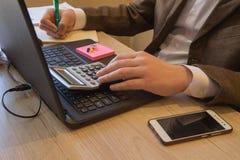 Finanz- und Buchhaltungsgeschäft Junger Geschäftsmann Calculating Finance Bills im Büro Stift auf Schreibarbeitskonten mit Mannge lizenzfreies stockbild