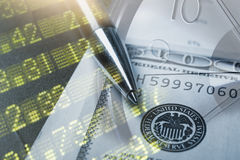 Finanza, contante concetto Euro monete, primo piano della banconota del dollaro americano Immagine astratta del sistema finanziar fotografie stock