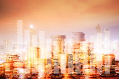 Finanza dei soldi con la città con crescere grafico del profitto dell'affare fotografia stock