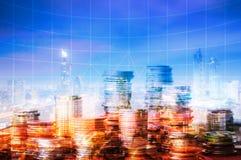 Finanza dei soldi con la città con crescere grafico del profitto dell'affare fotografia stock libera da diritti