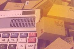 Finanza di affari: contenitori e calcolatore di carte con il appe di numeri Fotografia Stock Libera da Diritti
