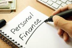 Finanza personale scritta in una nota Concetto domestico del bilancio fotografia stock libera da diritti