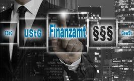 Finanzamt no conceito alemão do escritório de imposto é mostrado pelo homem de negócios foto de stock