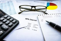 Finanzanalyse - Gewinn- und Verlustrechnung, Unternehmensplan mit Glas lizenzfreies stockfoto