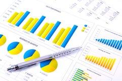 Finanzanalyse mit Diagrammen und metallischer Feder Lizenzfreie Stockfotografie