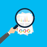 Finanzanalyse, Unternehmensanalysekonzept, Vergrößerungsglasglas mit Balkendiagramm auf rotem Hintergrund Flache Artikone des mod lizenzfreie abbildung