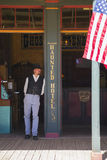Finanzanzeige, Arizona, USA, am 6. April 2015, Cowboy und Flagge im alten Weststadthaus von Doc Holliday und Wyatt Earp und Schie Stockfotografie