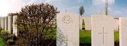 Finanzanzeige auf einem Militärfriedhof lizenzfreie stockfotografie