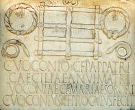 Finanzanzeige mit lateinischen Buchstaben Stockfotos