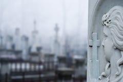Finanzanzeige und Kreuz im Kirchhof lizenzfreie stockbilder