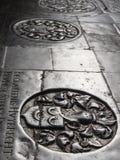 Finanzanzeige von den Mittelalter in der historischen Kirche Stockfotos