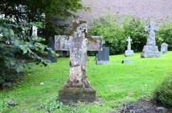 Querfinanzanzeigen an einem Friedhof Stockbild