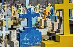 Finanzanzeigen und Kreuze im Kirchhof Lizenzfreie Stockfotos
