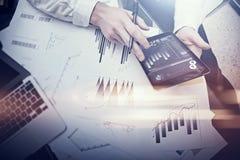 Finanzarbeitsprozeß Doppelbelichtungsfotofrauenvertretungs-Geschäftsberichte moderne Tablette, Diagrammschirm Bankermanager Stockfoto