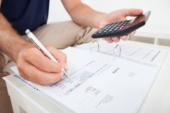 Finanzas calculadoras del hogar del hombre Fotos de archivo