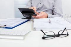 Finanzas calculadoras del hombre de negocios Imágenes de archivo libres de regalías