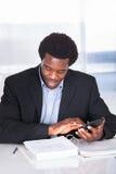 Finanzas calculadoras del hombre de negocios feliz Fotos de archivo