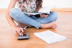 Finanzas calculadoras morenas bonitas del hogar imagen de archivo libre de regalías