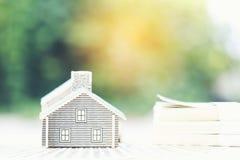 Finanzas, casa modelo en billete de banco en fondo verde natural, inversión empresarial y propiedades inmobiliarias foto de archivo