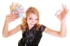 Finanzas de la economía La mujer sostiene el dinero euro de la moneda Foto de archivo libre de regalías
