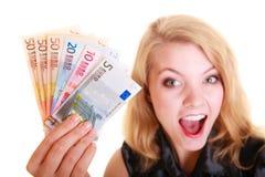 Finanzas de la economía La mujer sostiene el dinero euro de la moneda Fotos de archivo libres de regalías