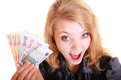 Finanzas de la economía La mujer sostiene el dinero euro de la moneda Imagen de archivo