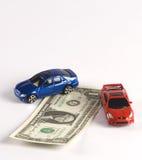 Finanzas del coche en dólares con dos coches aislados en w Imagen de archivo