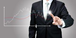Finanzas derechas del gráfico del tacto de la mano de la postura del hombre de negocios aisladas Fotografía de archivo libre de regalías