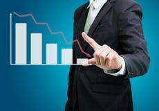 Finanzas derechas del gráfico del tacto de la mano de la postura del hombre de negocios aisladas Imagen de archivo