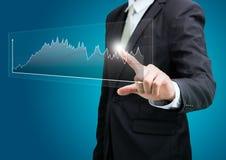 Finanzas derechas del gráfico del tacto de la mano de la postura del hombre de negocios aisladas Fotos de archivo