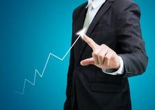Finanzas derechas del gráfico del tacto de la mano de la postura del hombre de negocios aisladas Imagenes de archivo