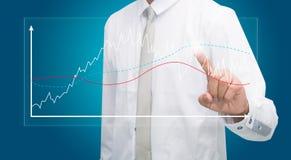 Finanzas derechas del gráfico del tacto de la mano de la postura del hombre de negocios aisladas Imagen de archivo libre de regalías