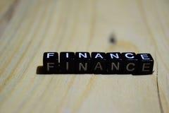 Finanzas escritas en bloques de madera Conceptos de la inspiración y de la motivación foto de archivo