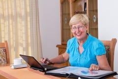 Finanzas mayores de la mujer Imagen de archivo libre de regalías