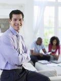 Finanzberater-With Couple In-Hintergrund Lizenzfreies Stockbild