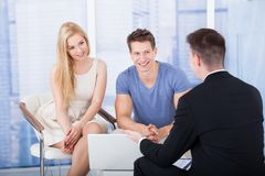 Finanzberater, der Investitionsplan Paaren auf Laptop erklärt lizenzfreies stockbild