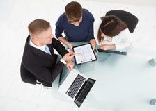 Finanzberater, der Investitionsplan Paaren erklärt Lizenzfreie Stockbilder