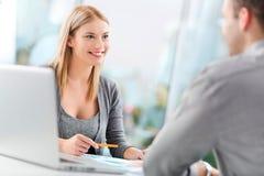 Finanzberater mit einem Kunden Lizenzfreie Stockfotografie